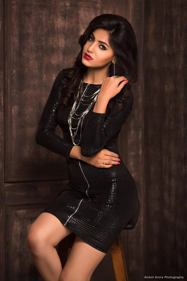 ginni kapoor Black suit